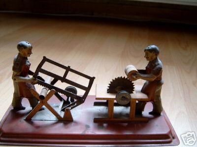 Antriebsmodell 2 Männer an unterschiedlichen Sägen auf einer Plattform