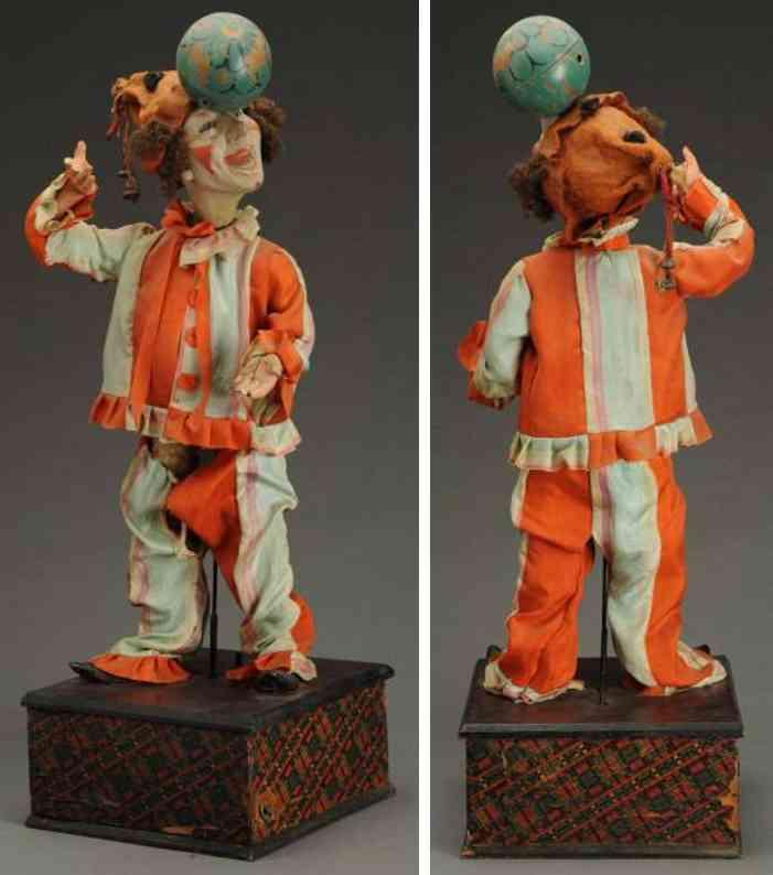 franzoesischer clown balanziert einen ball auf seinem kopf