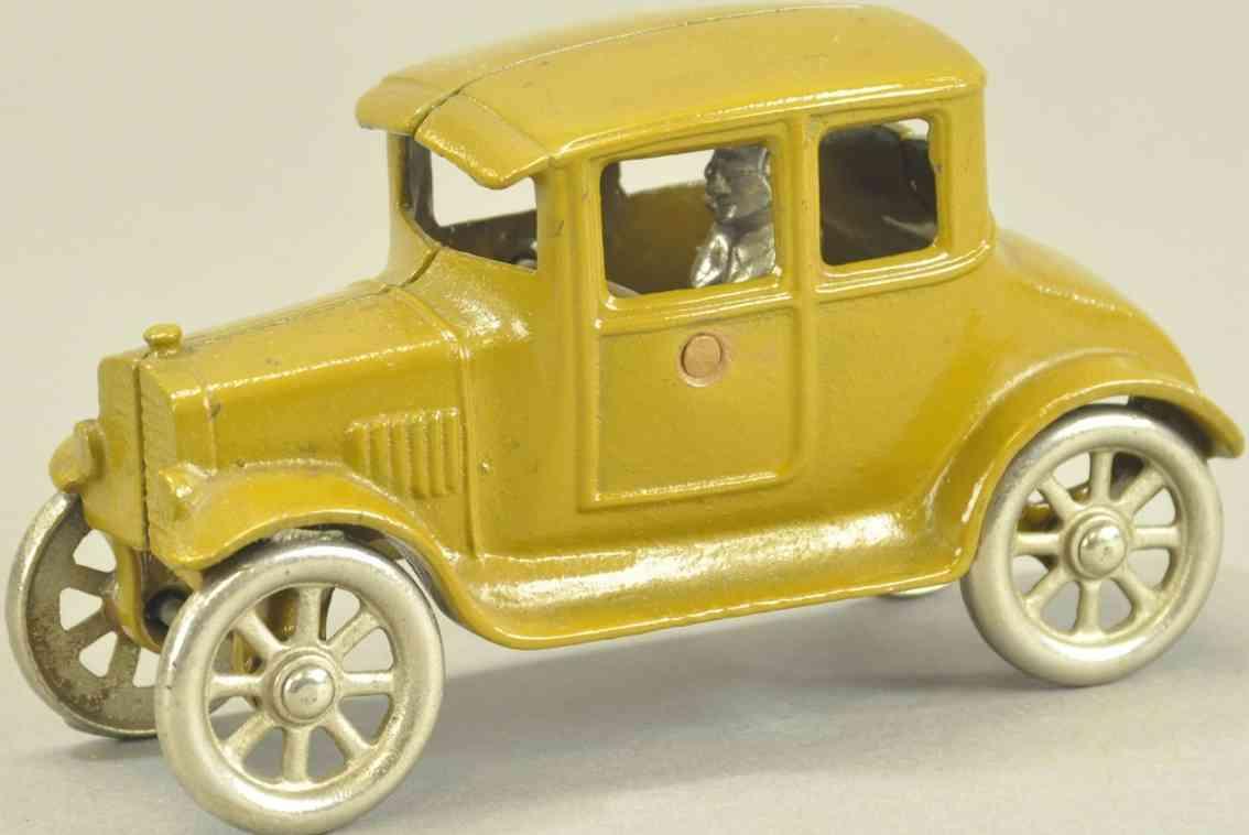 kilgore spielzeug gusseisen auto coupe gold fahrer zwei passagiere feder