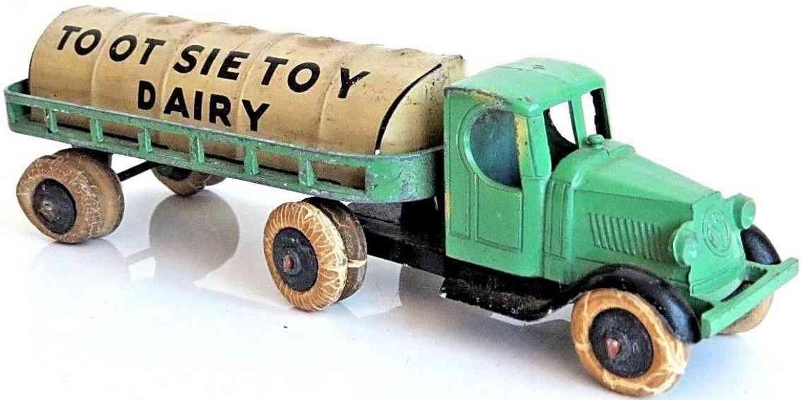 tootsietoy 805 cast iron toy dairy milk trailer with truck