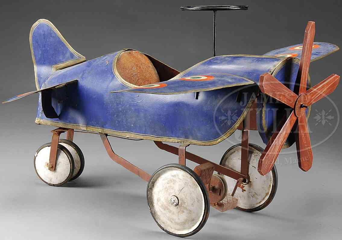 Tretauto in Form eines Flugzeuges