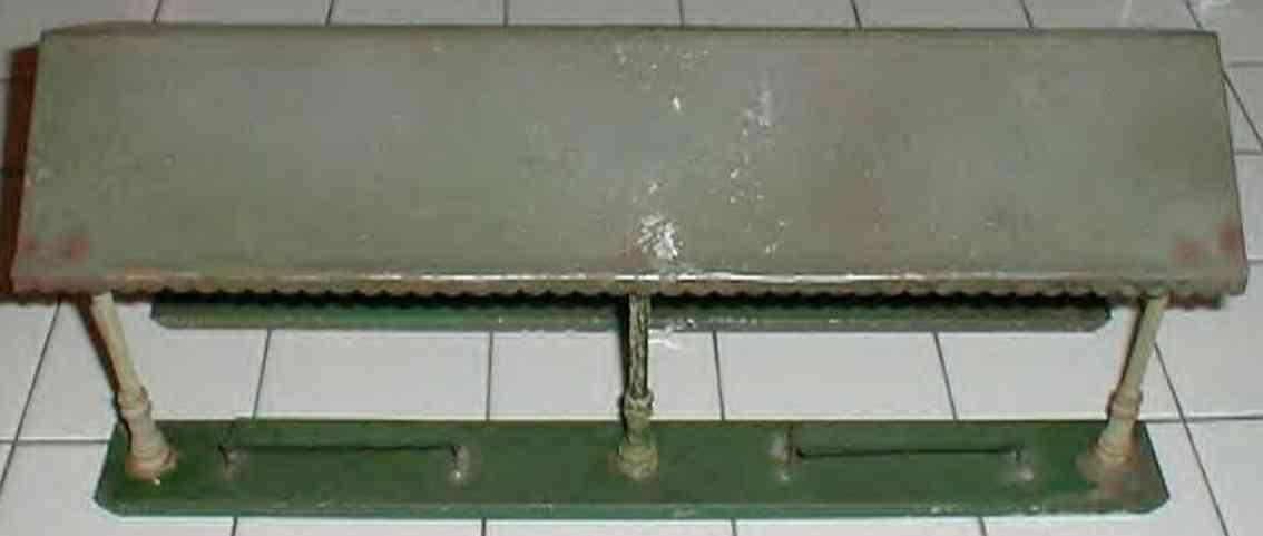 ives 117 (1923) spielzeug eisenbahn bahnsteig bahnhalle bahnsteig bemalt, zwei sockel in dunkelgrün  und dach in gra