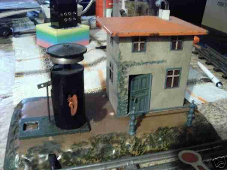 bing 10/6191 spielzeug eisenbahn blockstelle auf geländesockel, rötliches dach mit kamin, läu