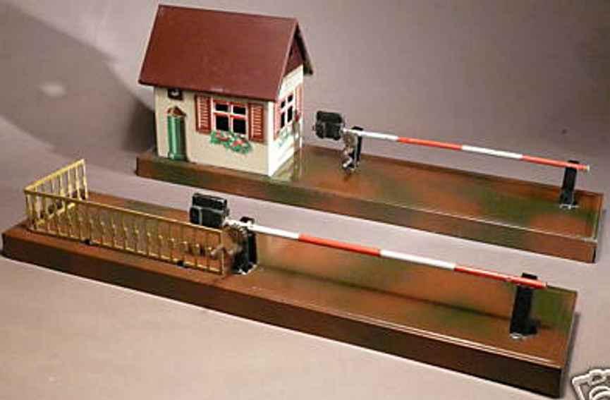 Bub Bahnübergang mit Schranken und Wärterhäuschen