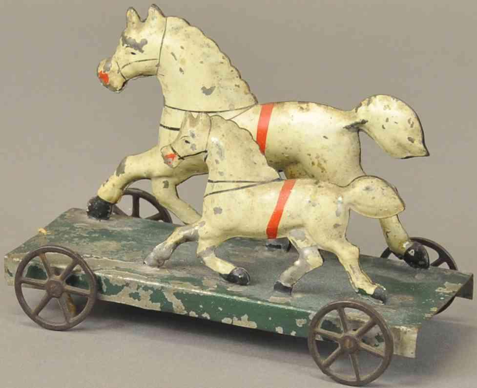 brown george blech spielzeug pferd mit fohlen auf plattform