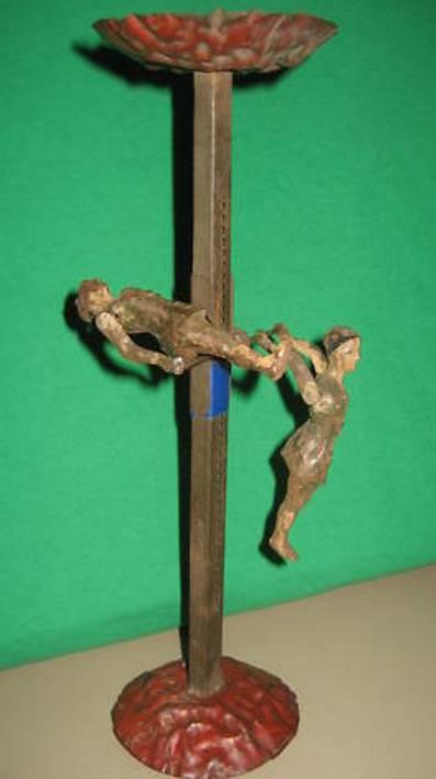 Günthermann 2 Akrobaten rutschen und drehen sich um einen Stab,