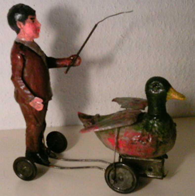 Günthermann Junge treibt Ente mit Peitschenstock an