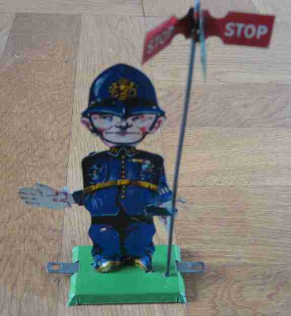 Levy George Gely 90 A Polizist mit Stopschild Stop and go
