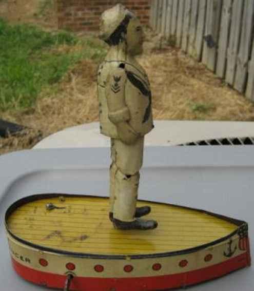 Marx Louis Jackee Hornpiper Dancing Jiger steht auf einem Bootsdeck