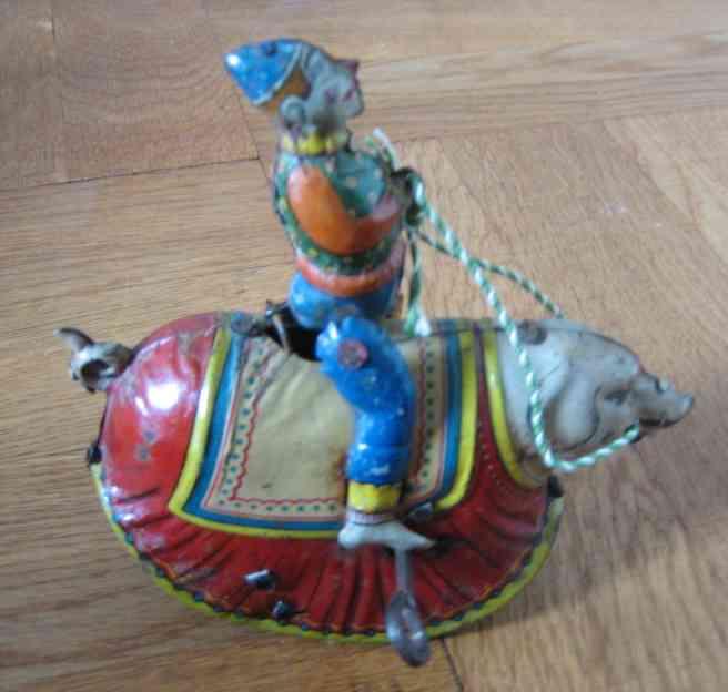 Clown reitet auf einem Schwein