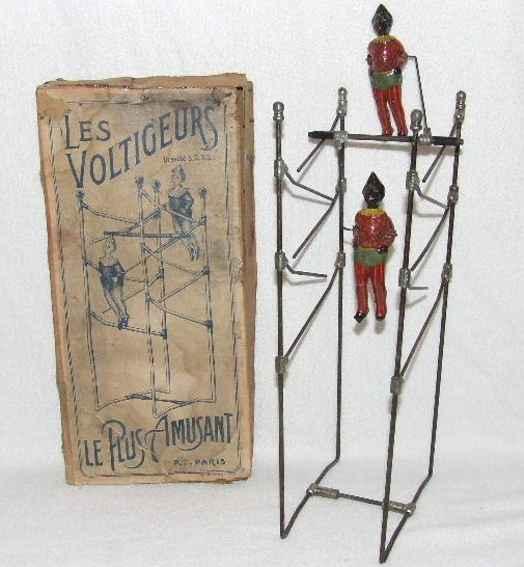Les Voltigeurs Akrobaten auf einem Stahlrahmen