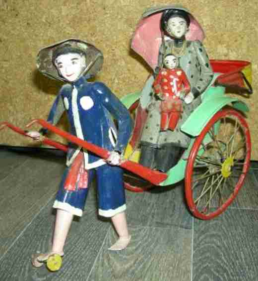 Riksha mit Chinesin und Kind auf dem Schoß Schirm in Ihrer Hand und Riksha-Fahrer