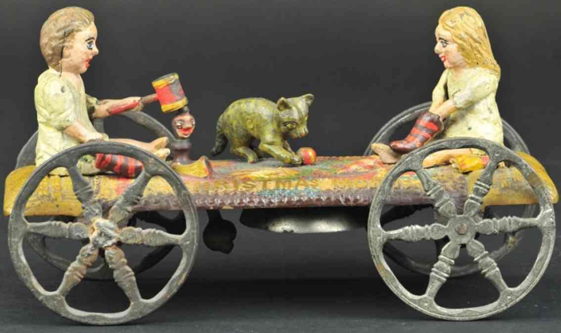 gusseisen weihanchtsmorgen zwei kinder glockenspielzeug junge maedchen katze