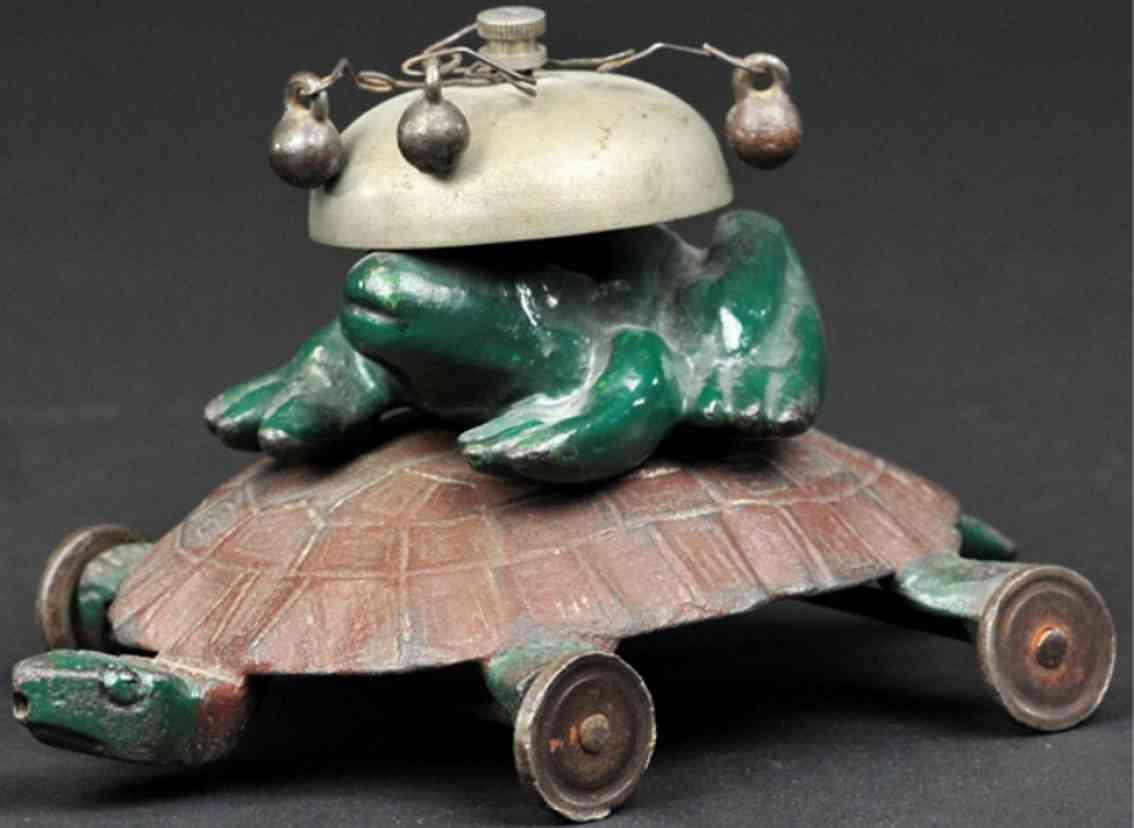 gusseisen frosch sitzt auf einer schildkroete als glockenspielzeug
