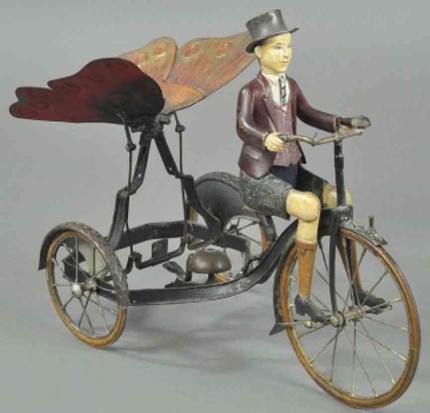 mann auf seltsamen schmetterling fahrrad