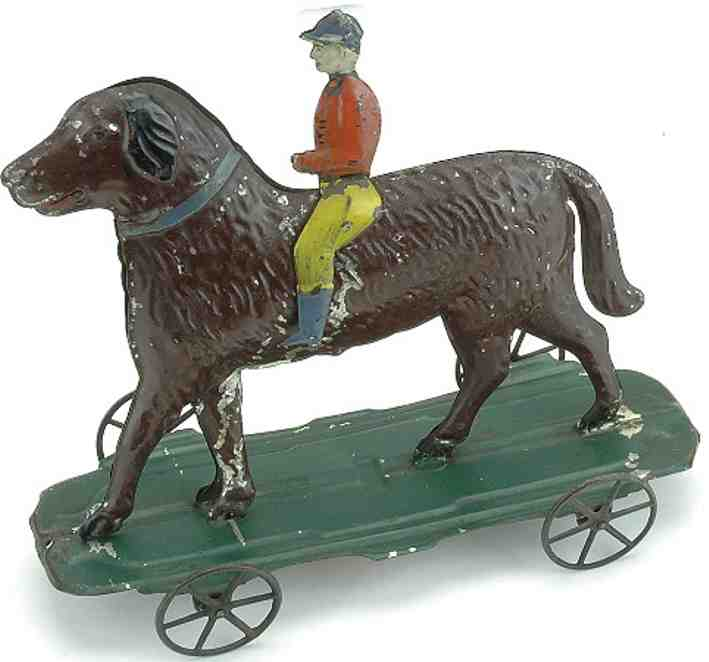 Fallows Jockey auf übergroßem Hunde auf Plattform