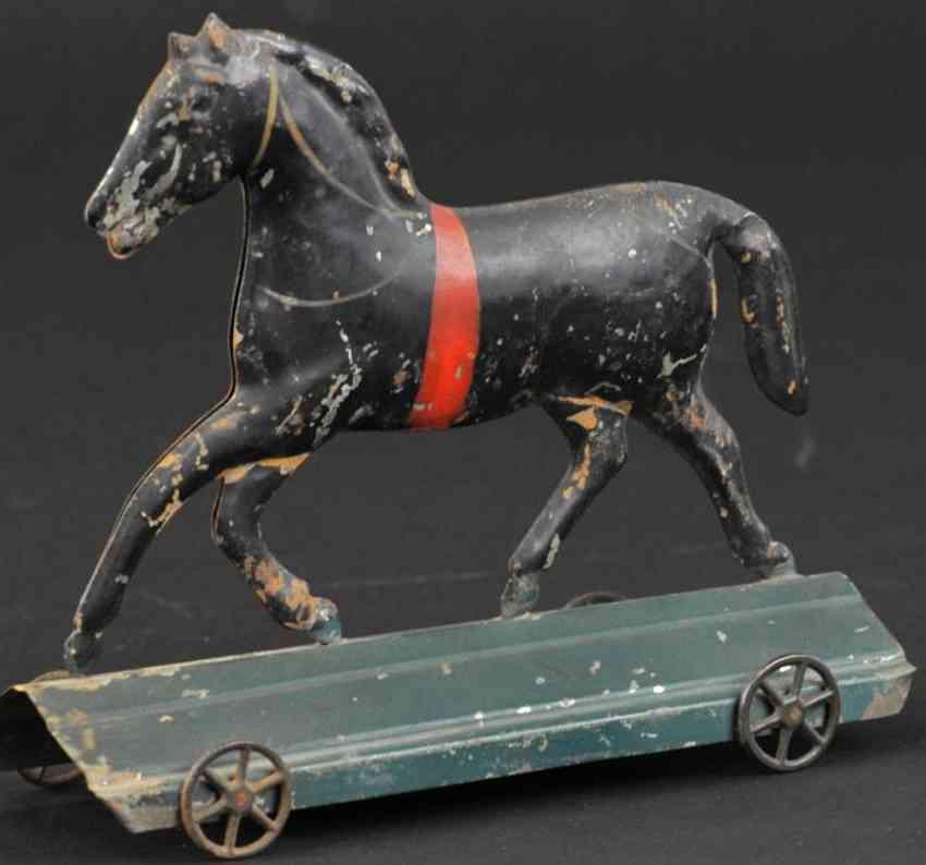 fallows blech spielzeug pferd auf plattform