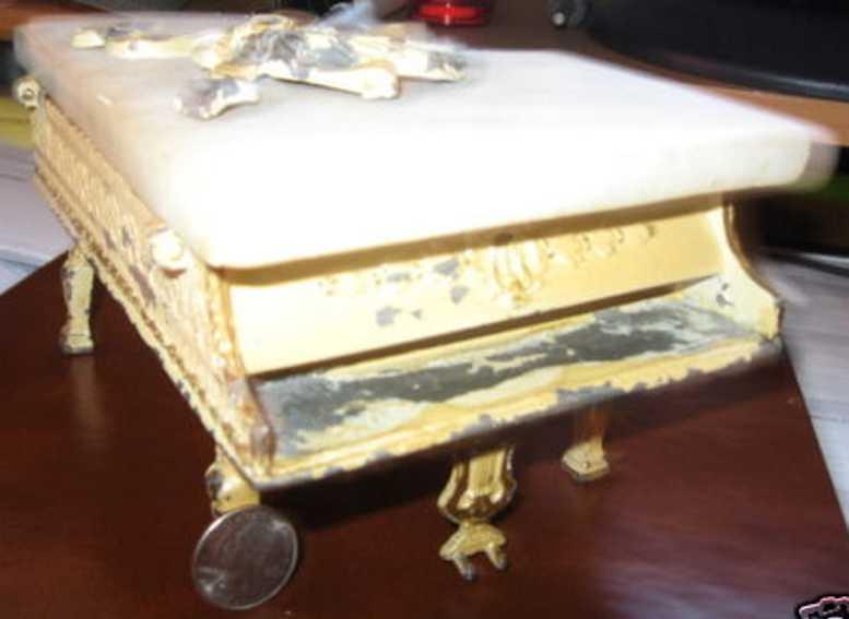 Gußeisernes Klavier mit Alabasterdeckel