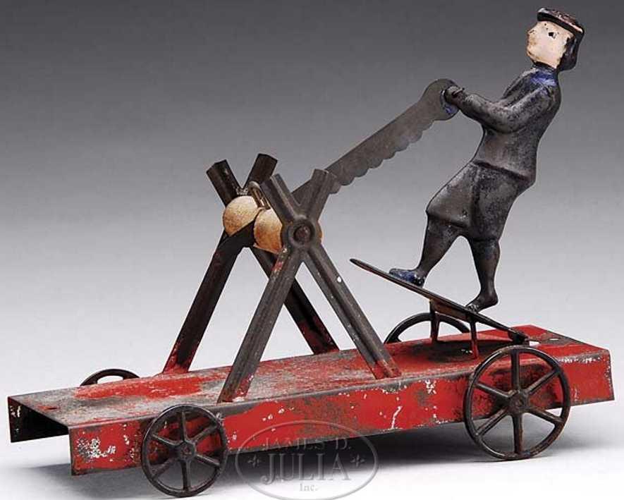 Holz sägender Junge auf roter Plattform mit Speichenräder