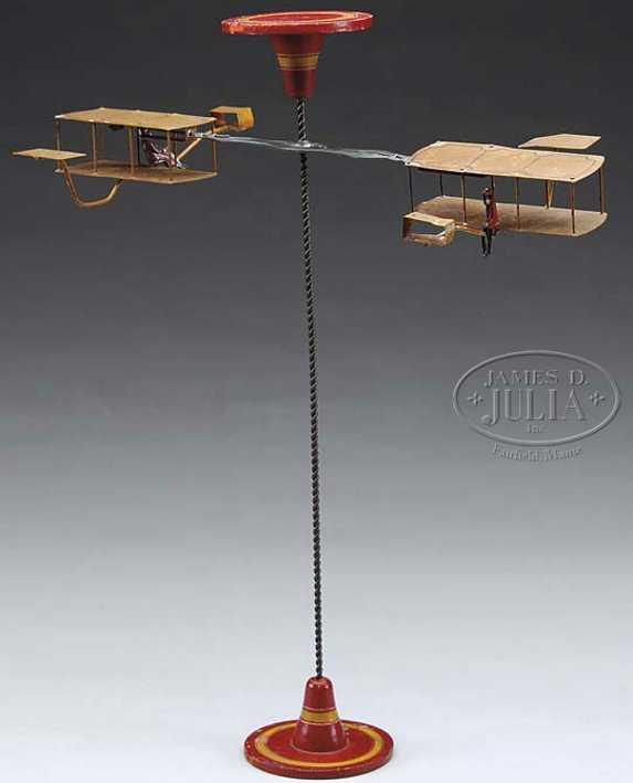 deutsches Flugzeugspielzeug auf einem spiralförmigen Mast