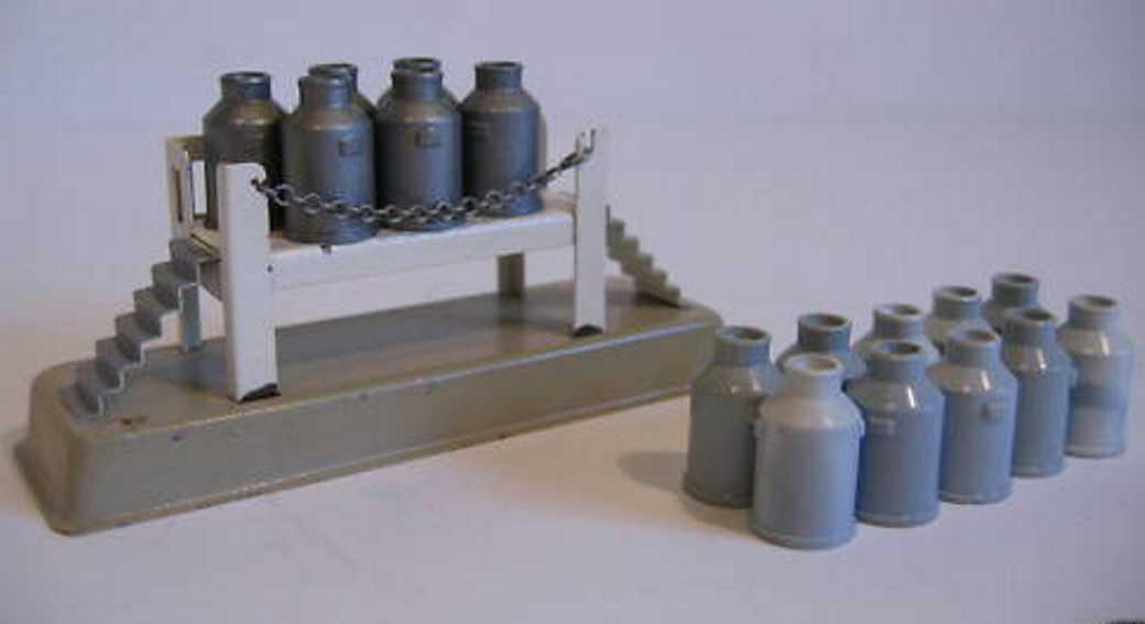 kibri 0/85 spielzeug eisenbahn gueterschuppen verladerampe auf vierecksockel, kannen, treppenaufgang, sper