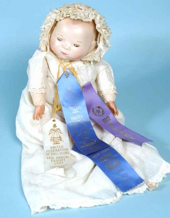 Schoenhut Plastik Baby-Puppe mit hölzernem Kopf