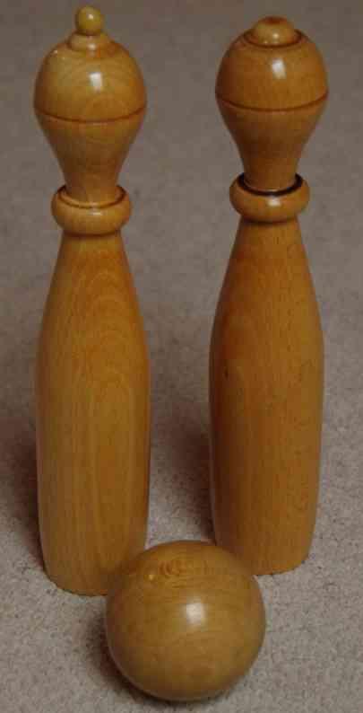 kibri holz spielzeug holzkegel aus buche, klar lackiert, ein kegel als könig mit