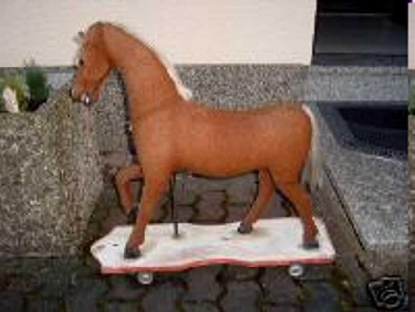 Altes Pferd auf einer Holzplatte zum ziehen