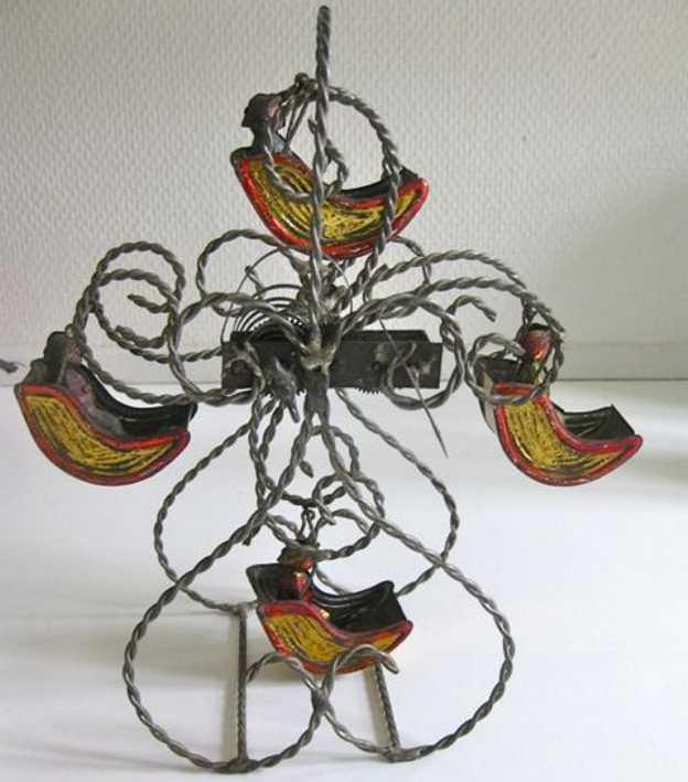 Riesenrad mit vier Gondeln und sitzenden Personen