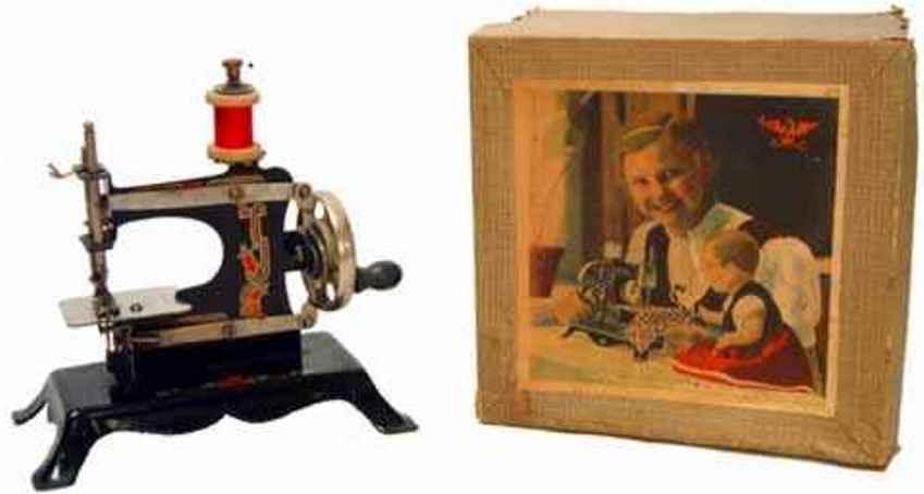 Casige 21 Kindernähmaschine eine Nr. 0 auf hohem Blechsockel