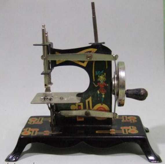 Kindernähmaschine aus schwarzem Blech
