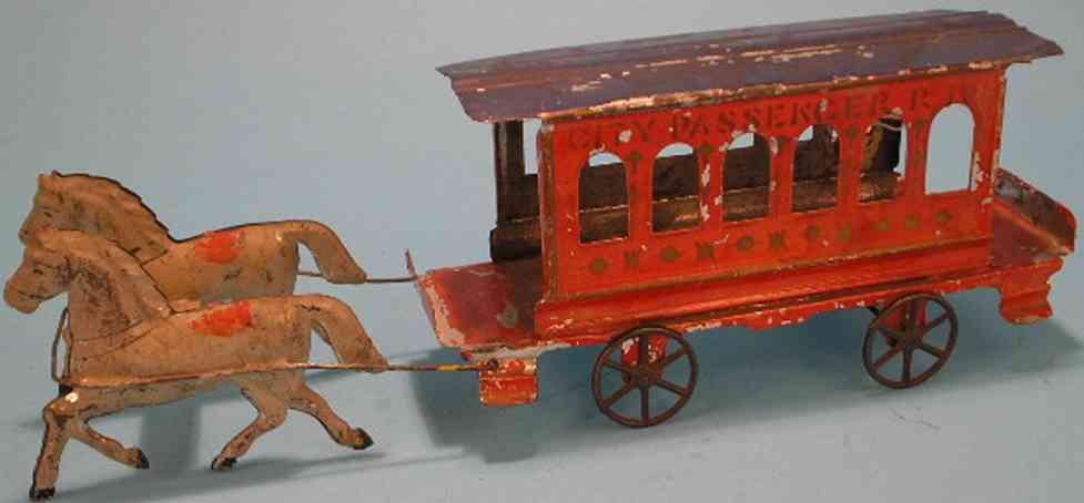 Fallows Straßenbahn in orange gezogen von zwei Pferden