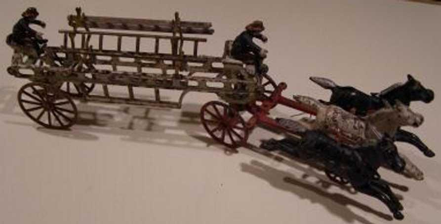 Kenton Hardware Co Feuerwehrleiterwagenkutsche mit zwei Figuren und drei Pferden