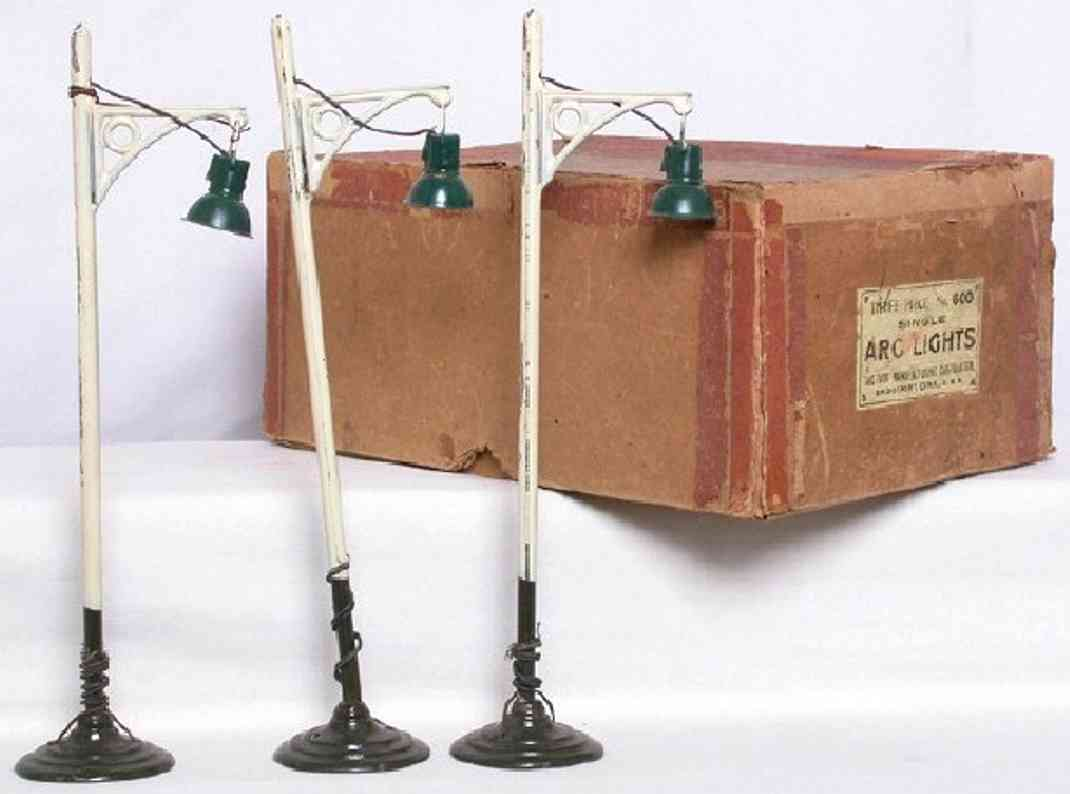 ives 600 (1920) railway toy lamp streetlamp with one arm and squared arch brackets were sol i