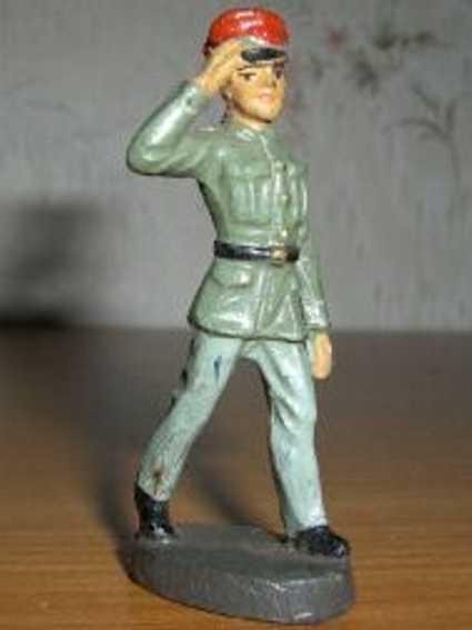hausser elastolin 0/6632 spielzeug eisenbahn figur grüßender soldat mit roter mütze und grüner uniform