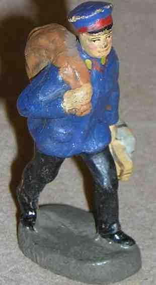 hausser elastolin 0/6638 spielzeug eisenbahn figur postbote mit schwarzer hose und dunkelblauer jacke trägt ein