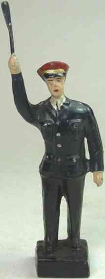 leyla spielzeug eisenbahn figur zugführer der in der rechten hand eine kelle nach oben hält,