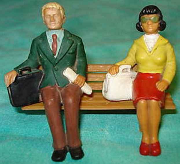 Figuren Paar auf Bank