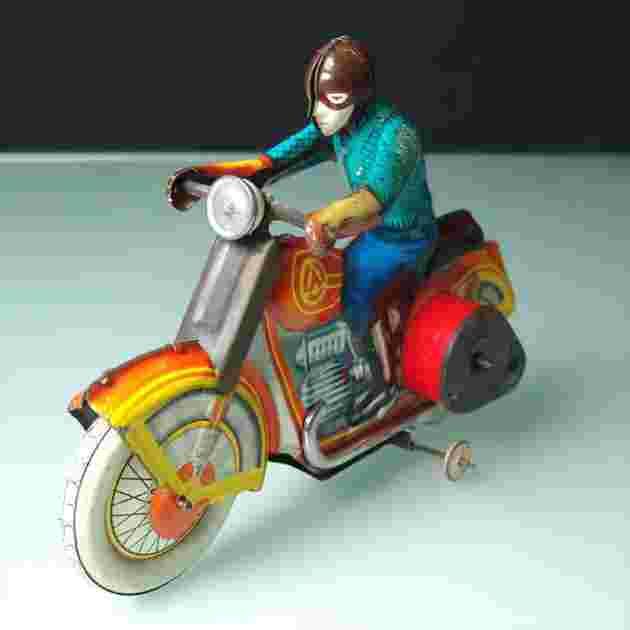 Motorradfahrer mit Uhrwerkantrieb
