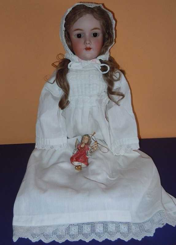 Handwerck Heinrich 69 4 Porcelain head doll with a crank head