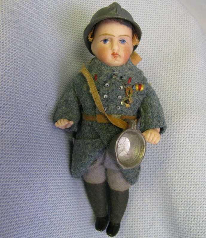 Französischer Soldat als Porzellanpuppe