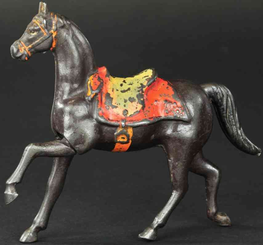 gusseisen pferd als spardose scharrt auf dem boden