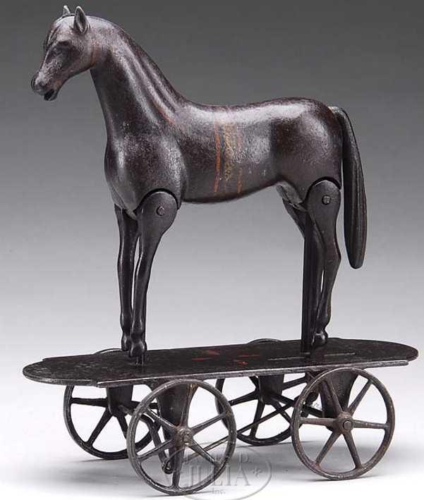 Ives Pferd auf ovalem Sockel mit Rädern