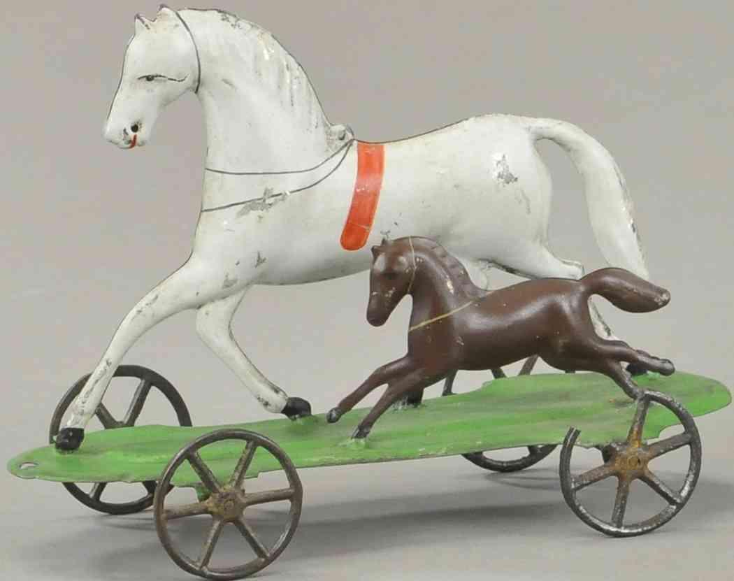 merriam 2 horses blech spielzeug zwei trabende pferde auf grüner plattform mit speichenrädern
