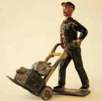 Britains Ltd. Toy Figuren Dienstmann mit Sackkarre und 2...